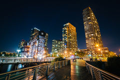 Walkway and Long Island City at night, seen from Gantry Plaza St Royalty Free Stock Images