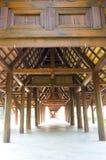 Walkway med den wood pelaren Fotografering för Bildbyråer