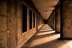 Walkway med kolonner Arkivbild