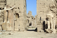 Wall, gate and statues in Karnak Stock Photography