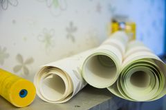 Wall-papers vinylic pour la réparation d'une salle Photo stock