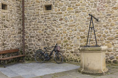 Wall of stone-bicycle-wel Royalty Free Stock Images