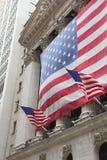 Wall Street à New York. (Les ETATS-UNIS). Verticalement. photographie stock libre de droits