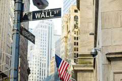 Wall Street assina dentro a cidade de Manhattan, New York Fotos de Stock Royalty Free