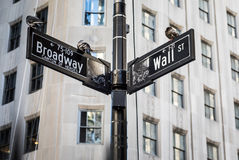 Wall Street assina dentro a cidade de Manhattan, New York Fotos de Stock