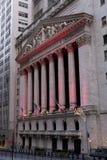 Wall Street avec le Bourse de New York à Manhattan, décembre Image libre de droits