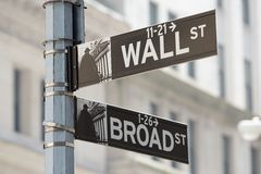 Wall Street ed il vasto angolo di strada firmano vicino alla borsa valori fotografia stock