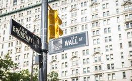 Wall Street en broadway kruis in de stad van New York de raad van de straataanwijzing Stock Foto's