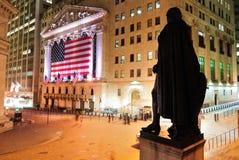 Wall Street en la noche Imagen de archivo libre de regalías