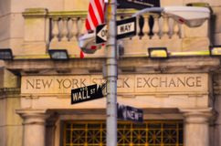 Wall Street famoso com construção de New York Stock Exchange imagem de stock royalty free