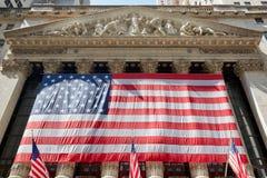 Wall Street giełdy papierów wartościowych budynek z dużą USA flaga w Nowy Jork Obraz Stock