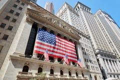 Wall Street giełdy papierów wartościowych budynek z dużym USA kąta chorągwianym szerokim widokiem Obraz Stock