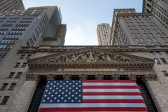 Wall Street New York Stock Exchange con la bandiera americana Immagine Stock Libera da Diritti