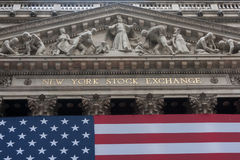 Wall Street New York Stock Exchange con la bandiera americana Fotografia Stock Libera da Diritti
