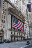 Wall Street New York Stock Exchange con la bandiera americana Fotografia Stock