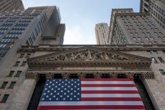 Wall Street New York Stock Exchange met Amerikaanse vlag Royalty-vrije Stock Afbeelding