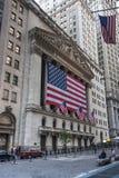 Wall Street New York Stock Exchange met Amerikaanse vlag Stock Fotografie