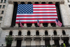 Wall Street New York Stock Exchange met Amerikaanse vlag Stock Foto's