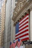 Wall Street, segno di via, con la bandierina degli Stati Uniti Fotografie Stock