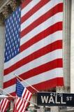 Wall Street, Straßenschild, mit US-Markierungsfahne Lizenzfreie Stockbilder
