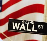 Wall Street tecken med flaggan fotografering för bildbyråer