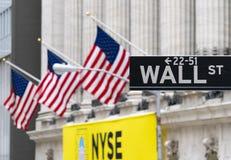 Wall Street tecken nära New York Stock Exchange Royaltyfria Bilder