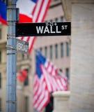 Wall Street und ausgedehntes Str.-Straßenschild Stockbilder