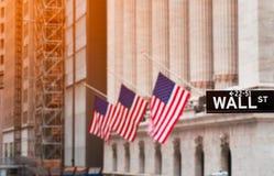 Wall Street unterzeichnen herein New York City mit New York Stock Exchange-Hintergrund, USA lizenzfreies stockfoto