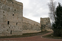 The wall between the towers of Izborsk fortress Royalty Free Stock Images