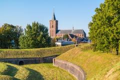 Wall und Kirche von Naarden, die Niederlande Stockfotos
