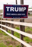 """WALLA WALLA, MARS för WA-/FÖRENTA STATERNA†"""", 23: En lokalinvånare har en service för aktionteckenvisning för Donald Trump Marc Royaltyfri Bild"""