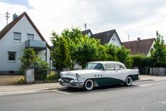 WALLDORF, ALEMANIA - 4 DE JUNIO DE 2017: los años 50 Buick del color blanco y verde oscuro en la calle del pueblo de Walldorf Foto de archivo libre de regalías