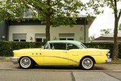 WALLDORF, DUITSLAND - JUNI 4, 2017: 1955 Buick Speciaal van citroengele en muntkleur bij de straat van Walldorf Stock Foto's