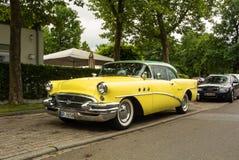 WALLDORF TYSKLAND - JUNI 4, 2017: Buick sakkunnig 1955 av citronen - guling och mintkaramellen färgar på gatan av Walldorf Arkivfoton