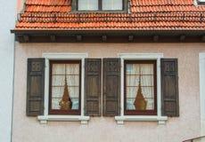 WALLDORF TYSKLAND - JUNI 4, 2017: En närbild av det bostads- huset för tysk by, dess fönster med gamla träslutare Arkivfoto