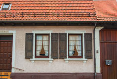 WALLDORF TYSKLAND - JUNI 4, 2017: En närbild av det bostads- huset för tysk by, dess fönster med gamla träslutare Arkivbild