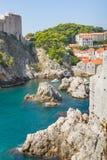 Walled fästning av Dubrovnik med blått vatten av Adriatiska havet Royaltyfria Bilder