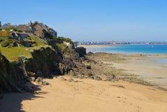 Walled stad av den Saint Malo stranden i Brittany Arkivfoton