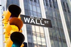 Wallen Street undertecknar och gulnar trafikljus, New York Arkivfoto