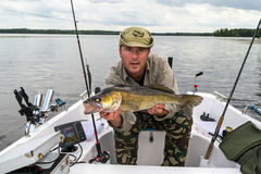 Walleye da pesca do homem imagem de stock royalty free