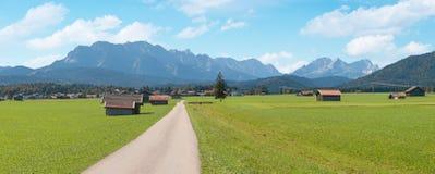 Wallgau inferior del valle con el prado y las chozas, wette de la cordillera Fotografía de archivo libre de regalías