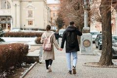 Wallking ensemble Intégral de jeunes couples la date ayant l'amusement ensemble image libre de droits