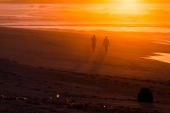 Wallking in i solnedgången Arkivbilder