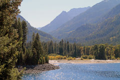 Wallowa sjö i nordostliga Oregon med träd och berg fotografering för bildbyråer