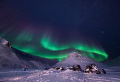 Wallpaper la nature de paysage de la Norvège des montagnes de la nuit polaire du Svalbard de grande lune du Spitzberg Longyearbye photographie stock libre de droits