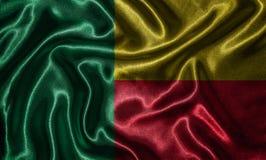 Wallpaper por la bandera de Benin y la bandera que agita por la tela imagen de archivo