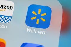 Walmart applikationsymbol på närbild för skärm för Apple iPhone X Walmart app symbol Walmart com är multinationell sälja i minut  Royaltyfri Fotografi