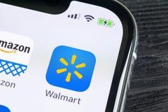 Walmart applikationsymbol på närbild för skärm för Apple iPhone X Walmart app symbol Walmart com är multinationell sälja i minut  Arkivbild