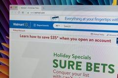 Walmart homepage-website på den Apple iMac bildskärmskärmen Walmart är en amerikansk multinationell sälja i minut korporation Royaltyfri Foto