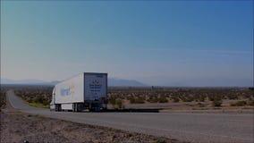 Walmart lastbil på huvudvägen stock video